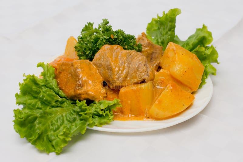 Roastbeef, Kartoffeln und Salat stockbilder
