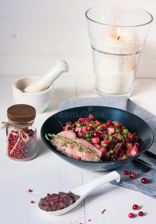 Download Roastbeef Mit Reifen Rote-Bete-Wurzeln Und Moosbeeren Stockbild - Bild von cuisine, kerze: 47100897