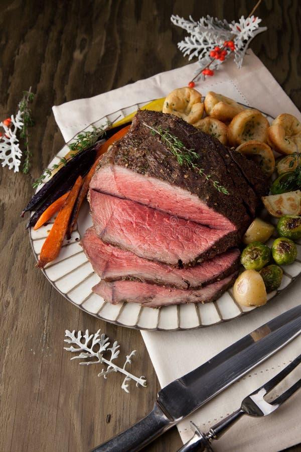Roastbeef mit Yorkshire-Puddings stockfotos