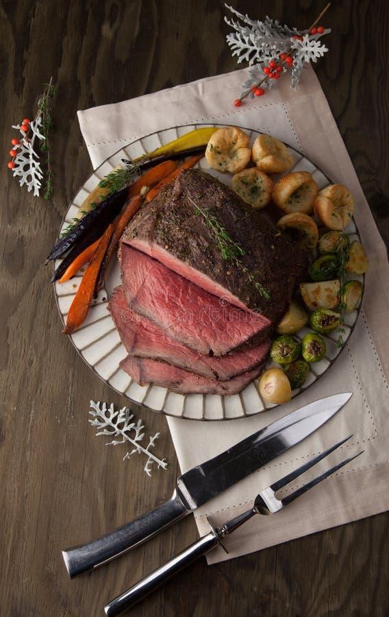 Roastbeef mit Yorkshire-Puddings stockfoto