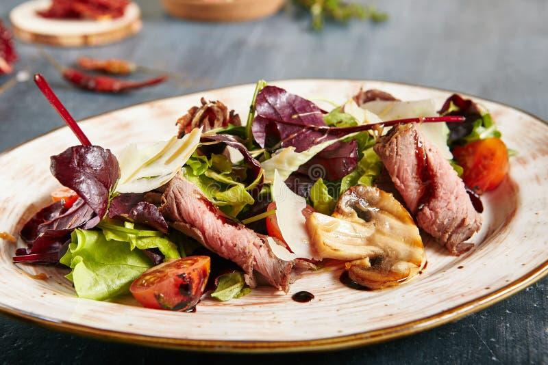 Roastbeef-Salat mit Cherry Tomatoes, Champignons, Parmesankäse lizenzfreies stockbild