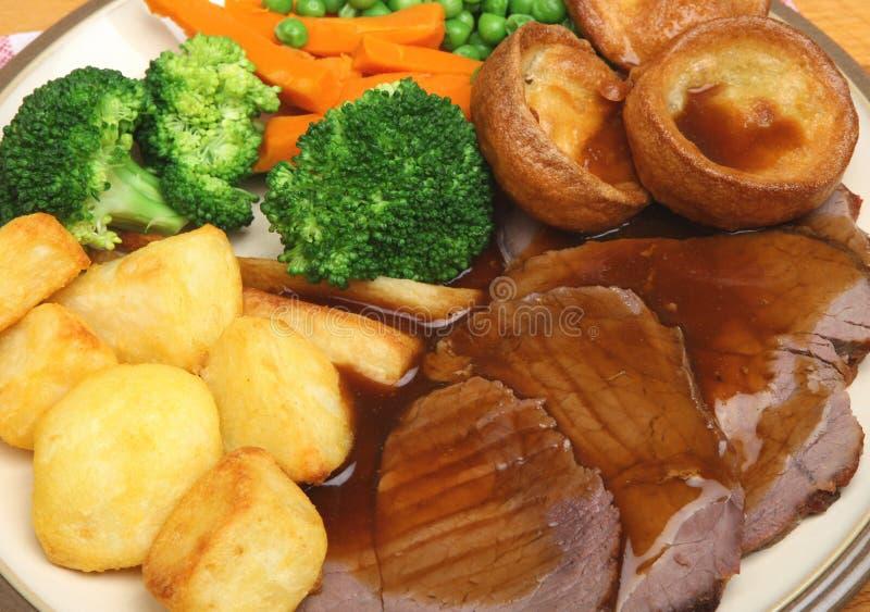 Roastbeef-Sonntags-Abendessen stockfotografie