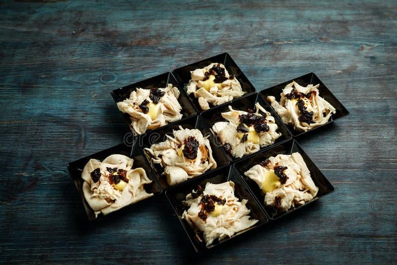 Roastchicken mit Trockenpflaumen und Senfsoße lizenzfreies stockfoto