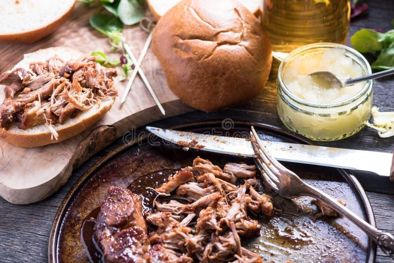 Roasted拉扯了猪肉小面包服务用萍果汁 免版税库存图片