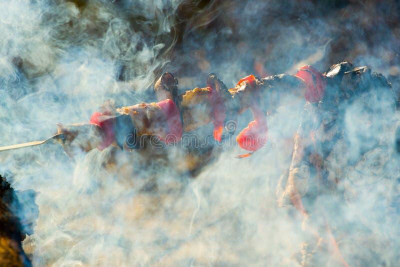 Roasted зажарило томат, баклажаны на ручке на открытом огне стоковые фотографии rf