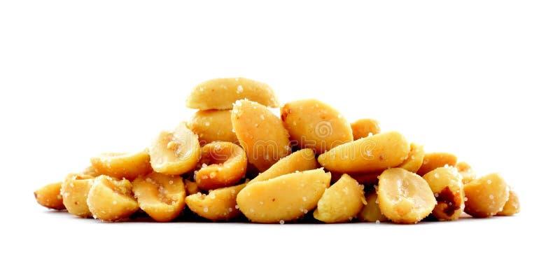 Roasted посолило изолированную кучу арахисов, изображение студии закуски, белую предпосылку стоковое изображение