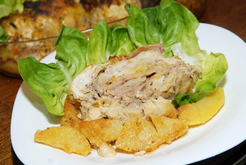 Roasted свернуло цыпленка с салатом и картошками стоковое изображение rf