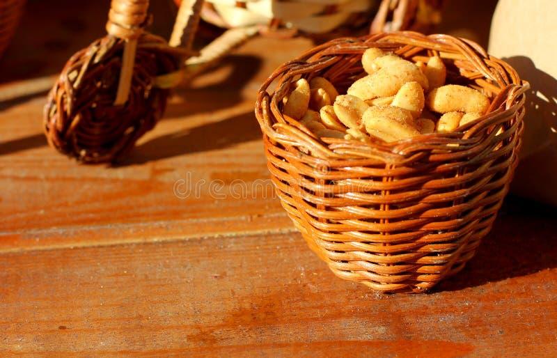 Roasted слезло арахисы в деревенской плетеной деревянной корзине стоковые изображения