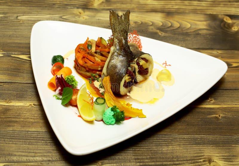 Roasted a bourré des poissons images stock