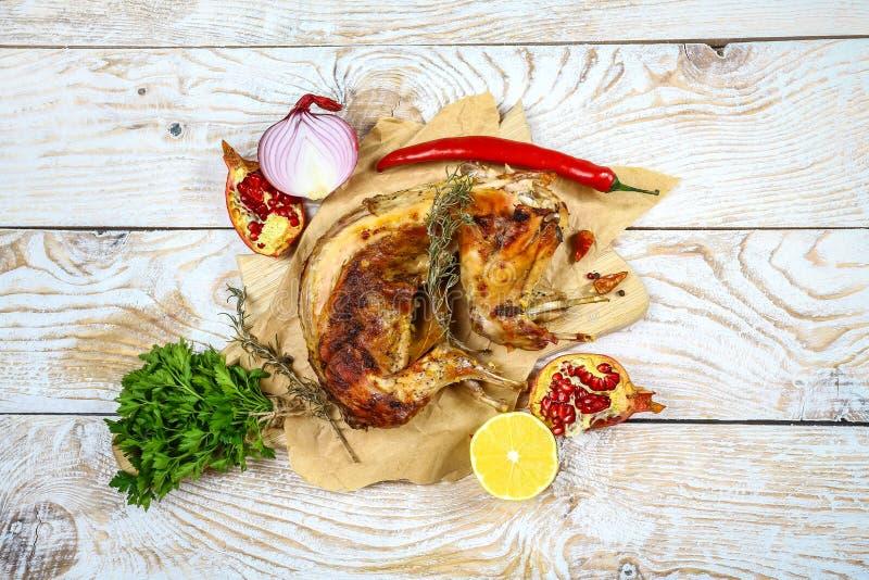 Roasted briet Kaninchen mit Sahnesoße mit Zitrone, mit Paprikapfeffer eine festliche Mahlzeit Feinschmeckerische Nahrung Beschnei stockfotografie