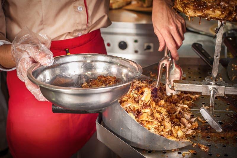 Roasted a coupé en tranches la viande de compas gyroscopiques étant préparée dans le restaurant d'aliments de préparation rapide photographie stock libre de droits
