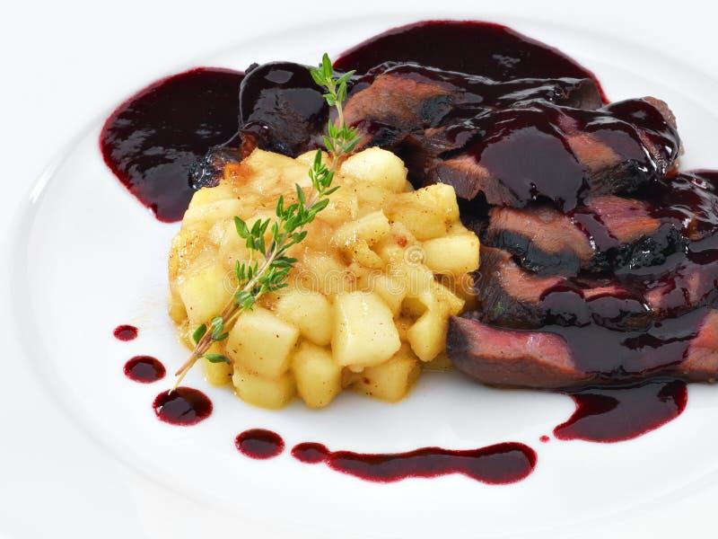 Roasted a coupé en tranches la viande de sein de canard sous la sauce à vin et à baie photographie stock libre de droits