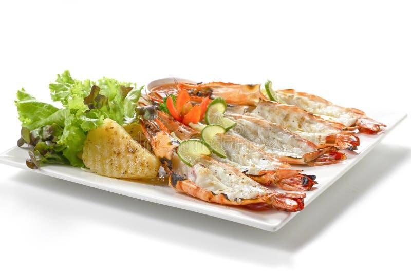 Roasted a coupé en tranches les crevettes noires de tigre avec les pommes de terre cuites au four, la tranche de chaux, les légum photographie stock