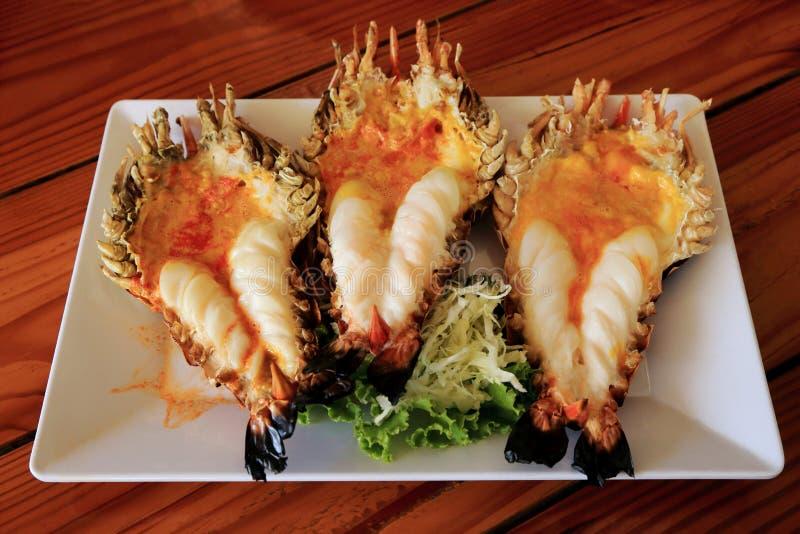 Roasted grillade jätte- den flodräka eller räkan på den vita plattan Thailändsk stilmat på en Thailand restaurang royaltyfria bilder