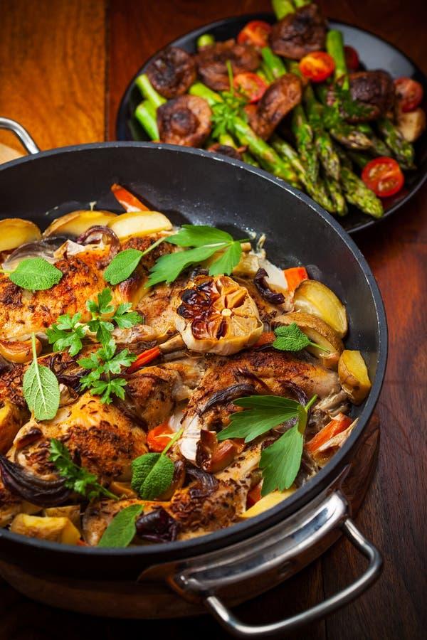 Roasted grillade kanin på grönsaker royaltyfria bilder