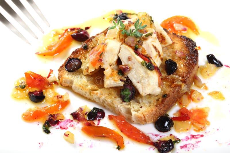 Roasted ha affettato il pollo con i pomodori ed i mirtilli fotografia stock libera da diritti
