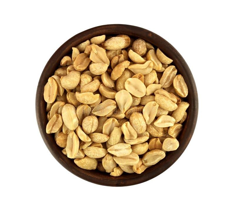 Roasted ha salato le arachidi in ciotola isolata su fondo bianco immagine stock libera da diritti