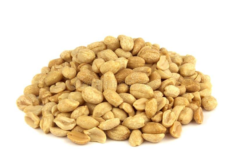 Roasted ha salato le arachidi sbucciate ed isolate su fondo bianco immagine stock libera da diritti