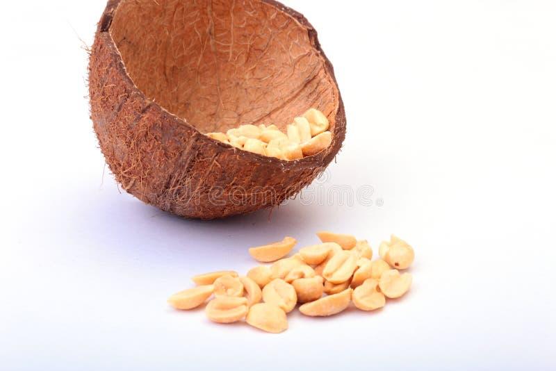 Roasted ha sbucciato le arachidi in ciotola fatta a mano di noce di cocco, fuoco selettivo fotografie stock