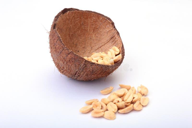 Roasted ha sbucciato le arachidi in ciotola fatta a mano di noce di cocco, fuoco selettivo fotografia stock
