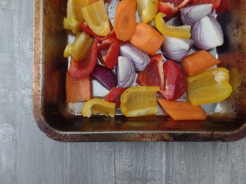 Roasted misturou pimentas e cebolas fotografia de stock royalty free