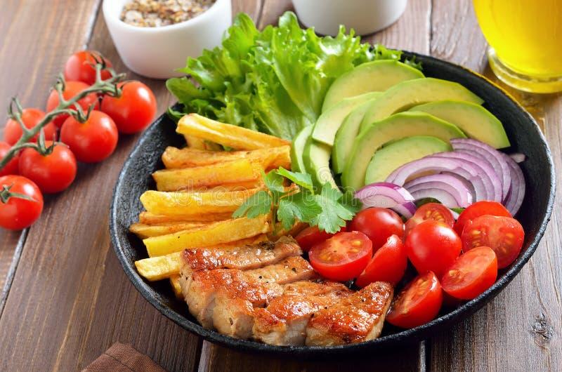 Roasted schnitt Schweinefleischsteak mit Gemüse lizenzfreie stockfotos
