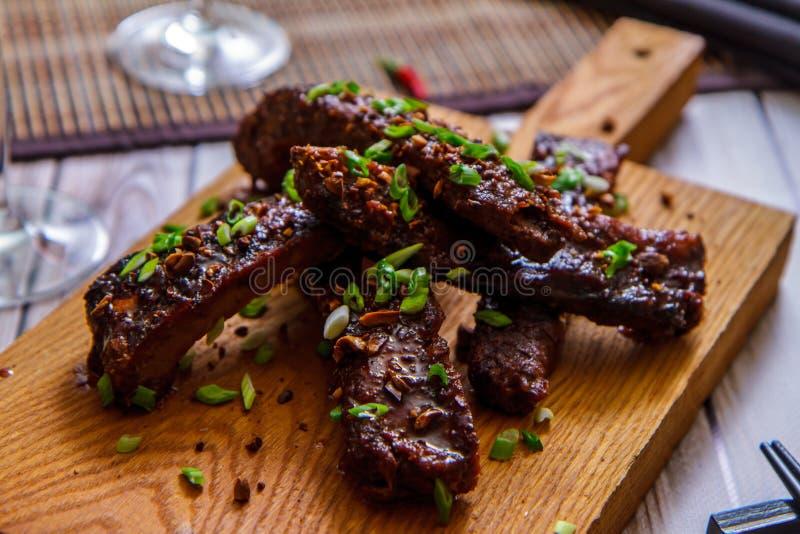 Roasted skivade grillfestgrisköttstöd på skärbrädan arkivbild