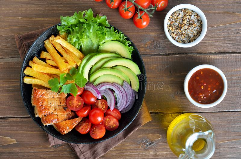 Roasted skivade grisköttbiff med grönsaker fotografering för bildbyråer