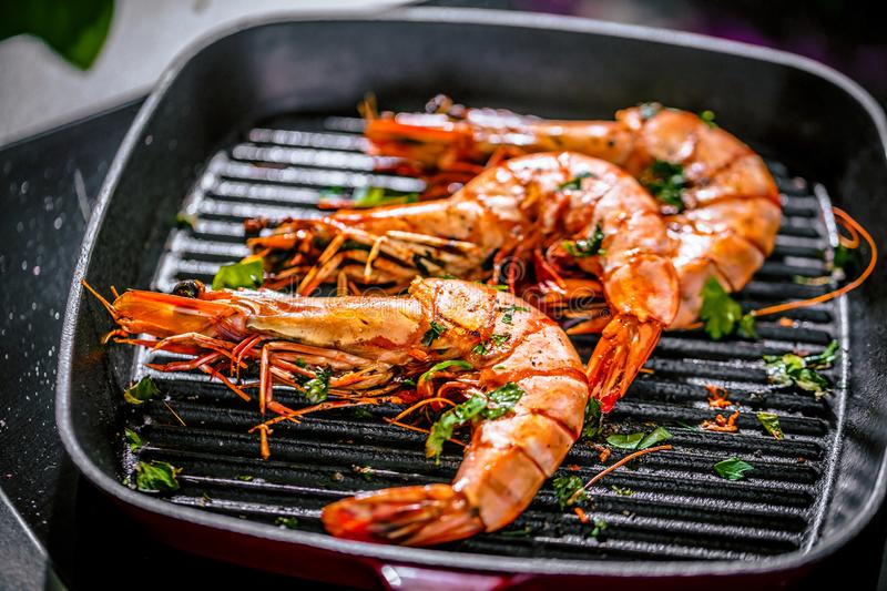 Grillen tiger prawns in iron man with lemon stock photography