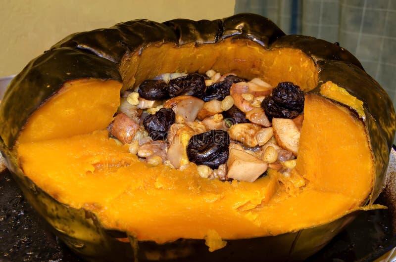 Roastpompoen vol met vers en droog fruit, honing, walnoten royalty-vrije stock fotografie