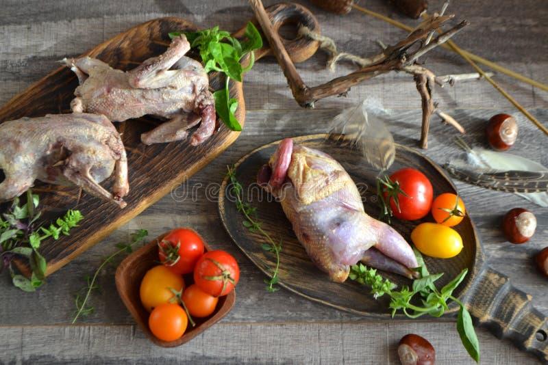 Roastspiel besteht aus Patronen und Holzhütten, die gerade gejagt wurden, russischer Bio-Küche stockfotografie