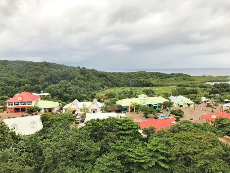 Roatan, Honduras mahoń zatoka, rejsu portowy śmiertelnie robi zakupy teren - 11/29/17 - fotografia royalty free