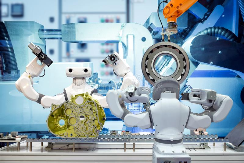 Robótica industrial que trabalha com peças de automóvel através de uma correia transportadora, na máquina foto de stock royalty free