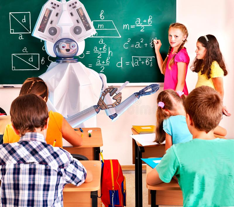 Robô do ai do professor com os alunos no quadro-negro da turma escolar imagem de stock royalty free