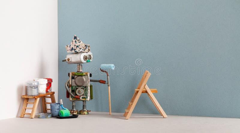 Robô do decorador com as ferramentas do rolo e do pintor de pintura Escada de madeira, cubetas da pintura Copie o espaço imagens de stock