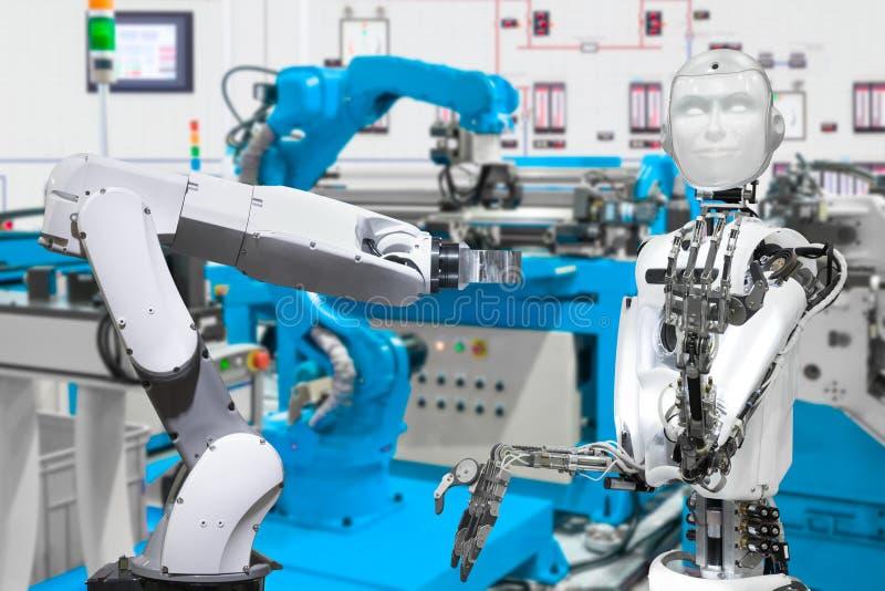 Robô na fábrica esperta, conceito futuro da tecnologia fotos de stock