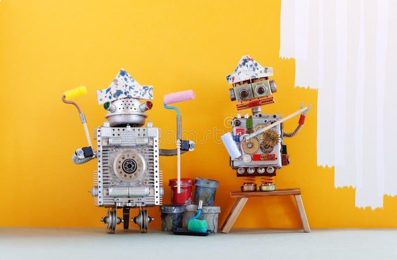 Robôs do decorador do pintor prontos para a melhoria interior Trabalhadores robóticos engraçados com os rolos e as cubetas de pin fotografia de stock