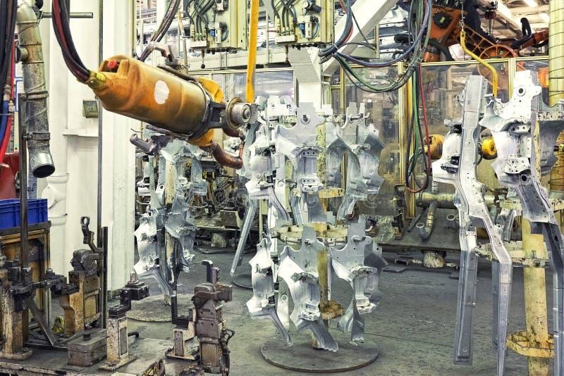 Robôs em uma fábrica do carro foto de stock