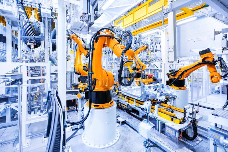 Robôs em uma planta de carro imagens de stock