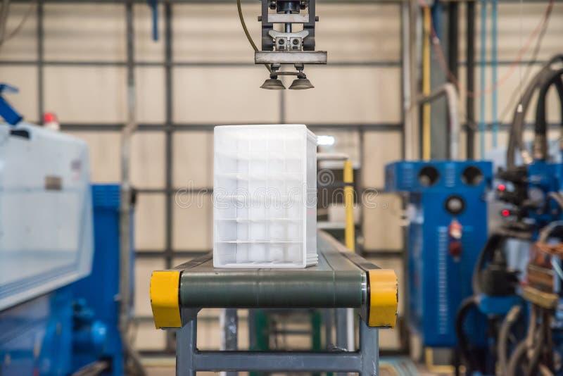 Robô industrial que trabalha na fábrica fotografia de stock royalty free