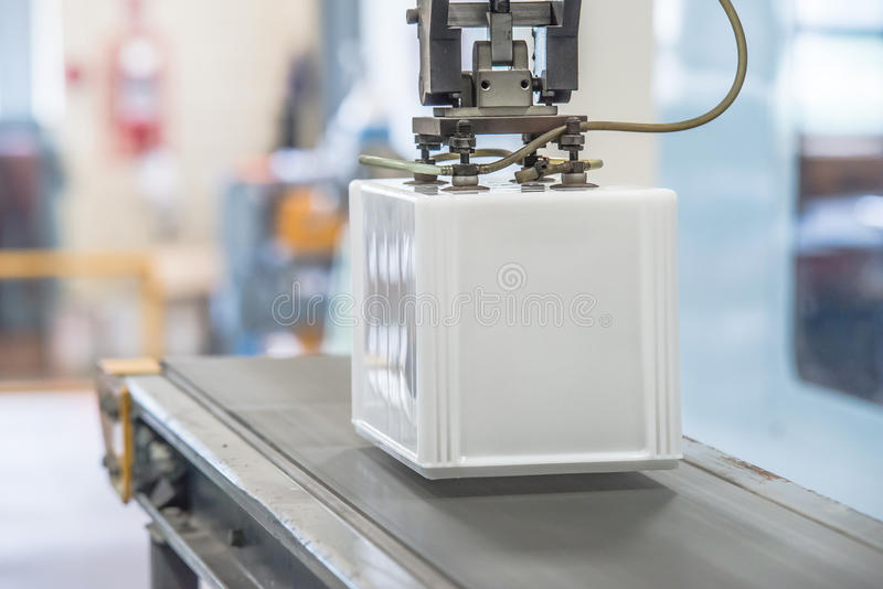 Robô industrial que trabalha na fábrica imagens de stock