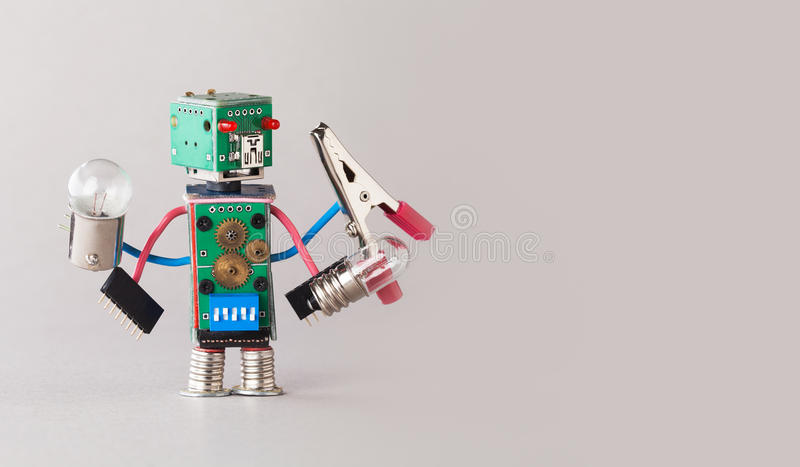 Robô multifuncional do eletricista com ampolas e alicates em quatro mãos Posses coloridas do caráter do brinquedo da placa de cir fotos de stock