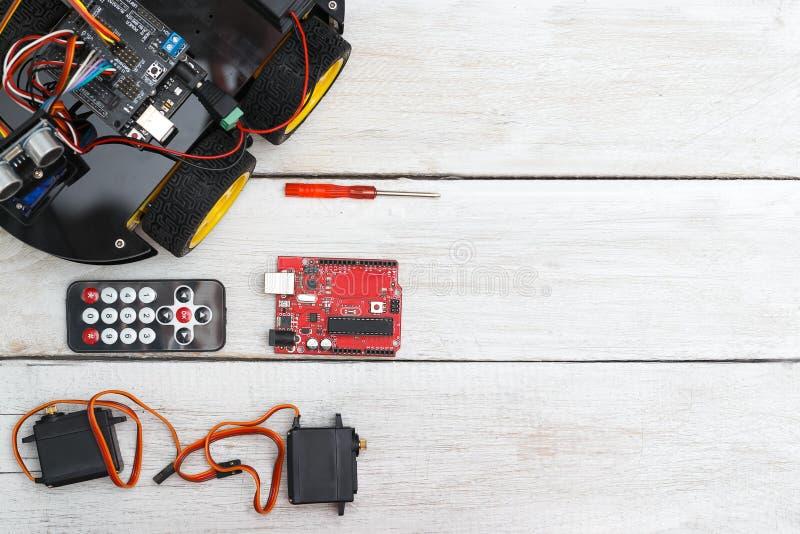 Robô nas rodas e nos elementos necessários para o conjunto do robô imagem de stock royalty free