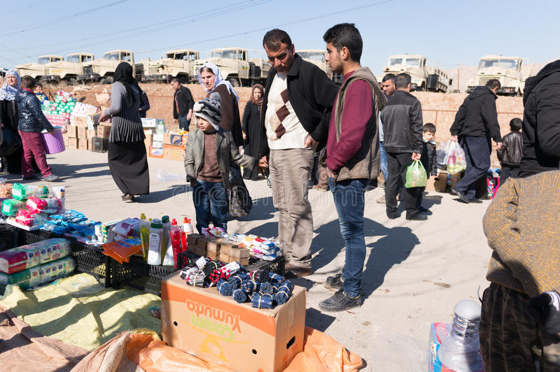 Roba d'acquisto della gente dal mercato nell'Irak fotografia stock libera da diritti