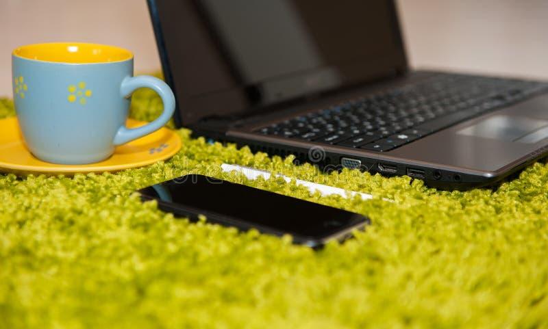 Roba dell'ufficio con il computer portatile ed il caffè dello Smart Phone fotografia stock libera da diritti