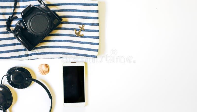 Roba posta piana del viaggiatore su fondo bianco con spazio per testo immagine stock libera da diritti