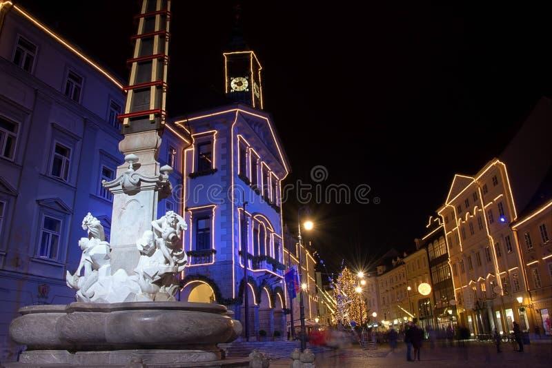 Robbafontein en stadhuis in feestelijke bliksem voor Kerstmis en van het Nieuwjaar vooravondviering in Ljubljana, Slovenië royalty-vrije stock afbeelding