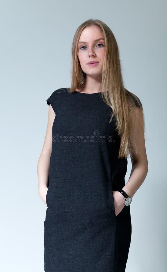 Robe à la mode s'usante blonde de sourire heureuse photographie stock