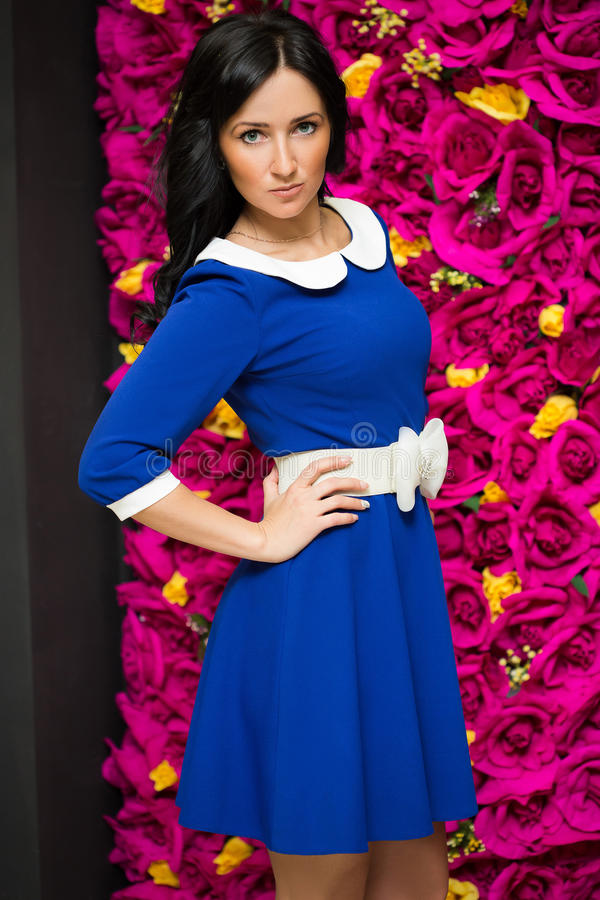 Robe assez bleue sexy de femme photo stock