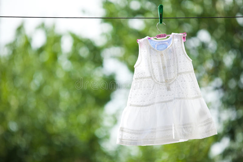Robe blanche de chéri extérieure images libres de droits